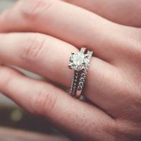 左手の薬指に指輪を付ける