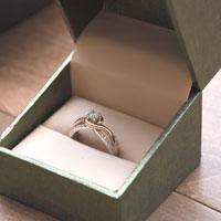 箱に入っている指輪
