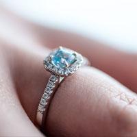 宝石の付いた指輪